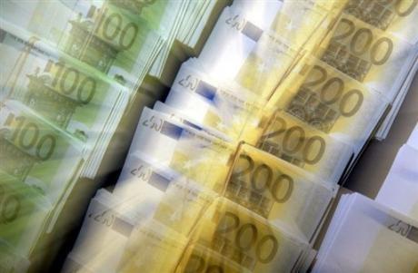 Des liasses de billets de 100 et 200 euros.jpeg
