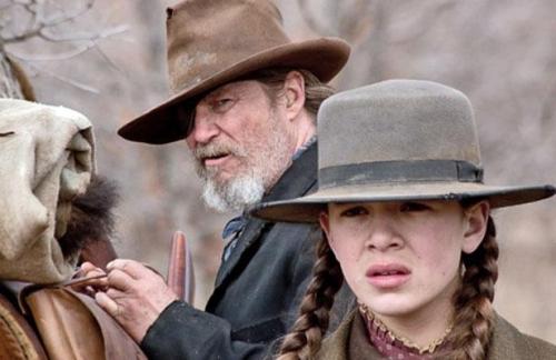 Le comédien Jeff Bridges et la jeune Hailee Steinfeld à l'affiche du western «True Grit».jpeg